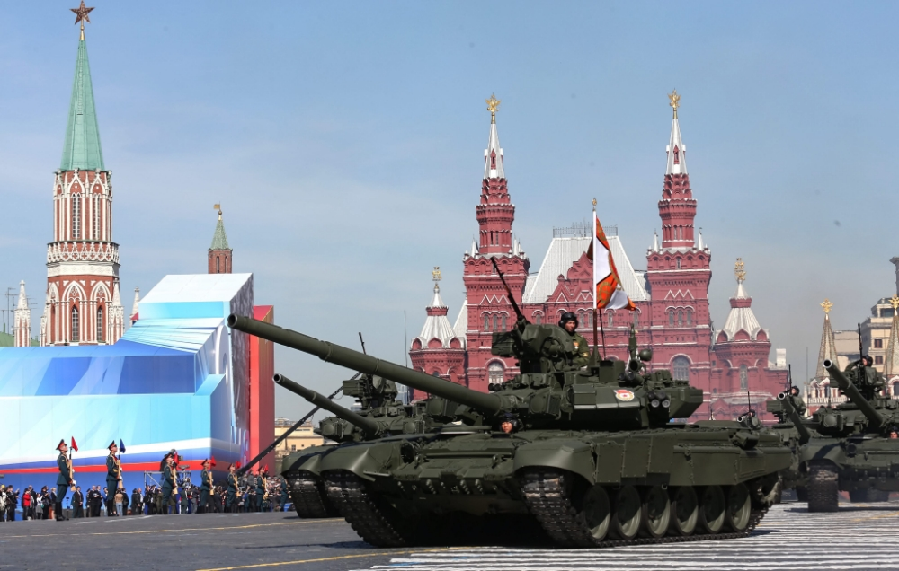 epa03692964 Russian tanks pass the State Historic museum as they cross Red square during the traditional military parade in Moscow, Russia, 09 May 2013 as the country marks the 68th anniversary of victory over nazi Germany in the Second World War. EPA/SERGEI CHIRIKOV